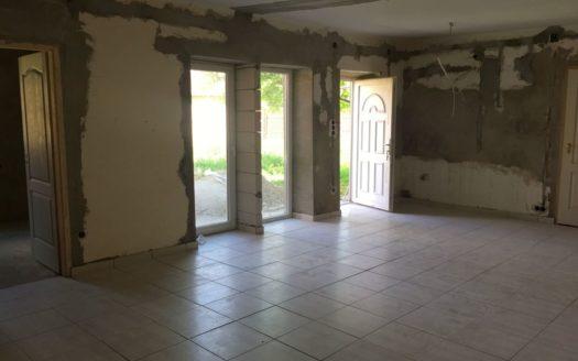 6536 Eladó Nagykőrösön részben felújított 3 szobás vegyes falazatú családi ház 01